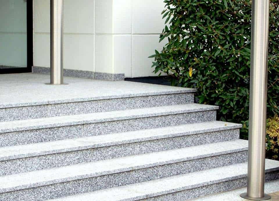 Natursteintreppe aus grauem Granit als Alternative zu Blockstufen