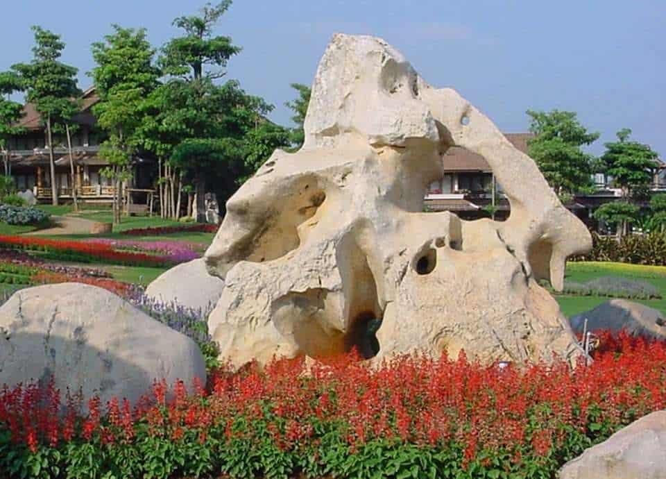 Natursteinfelsen oder Findling aus Kalkstein