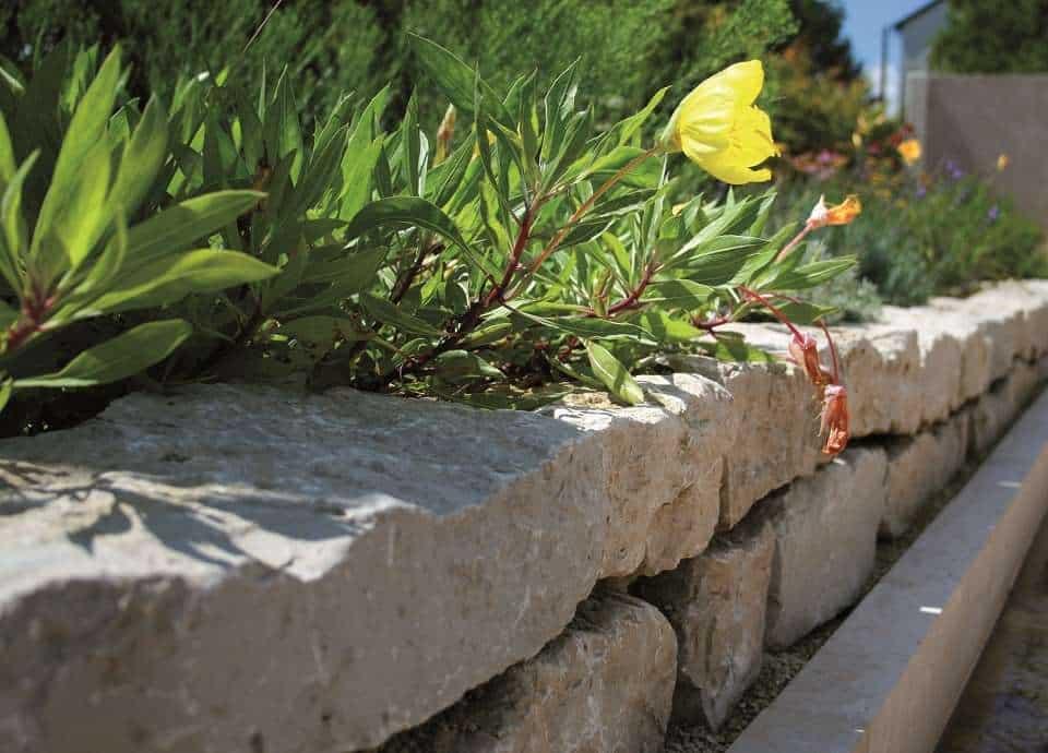 Trockenmauer aus Kalkstein Schichtenmauersteinen