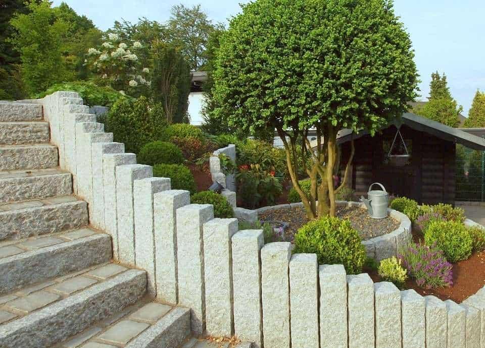 Granitplalisaden und Randsteine aus grauem Granit als Treppenanlage