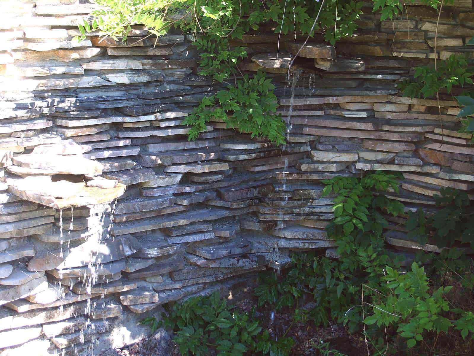Wasserwand aus Polygonalplatten