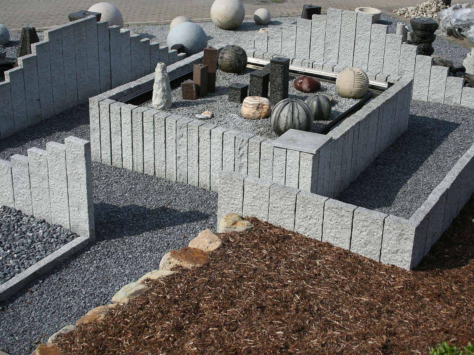 Anlage mit Granitpalisaden und Randsteinen
