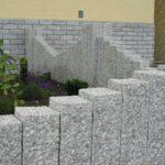 Palisaden Granit Kristall grau im Vorgarten