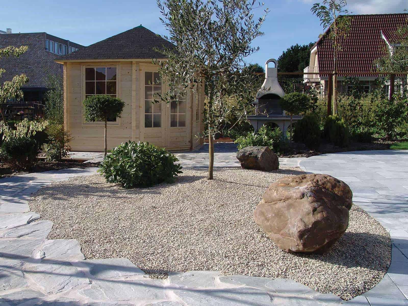 Steingarten mit Findlingen und Kies