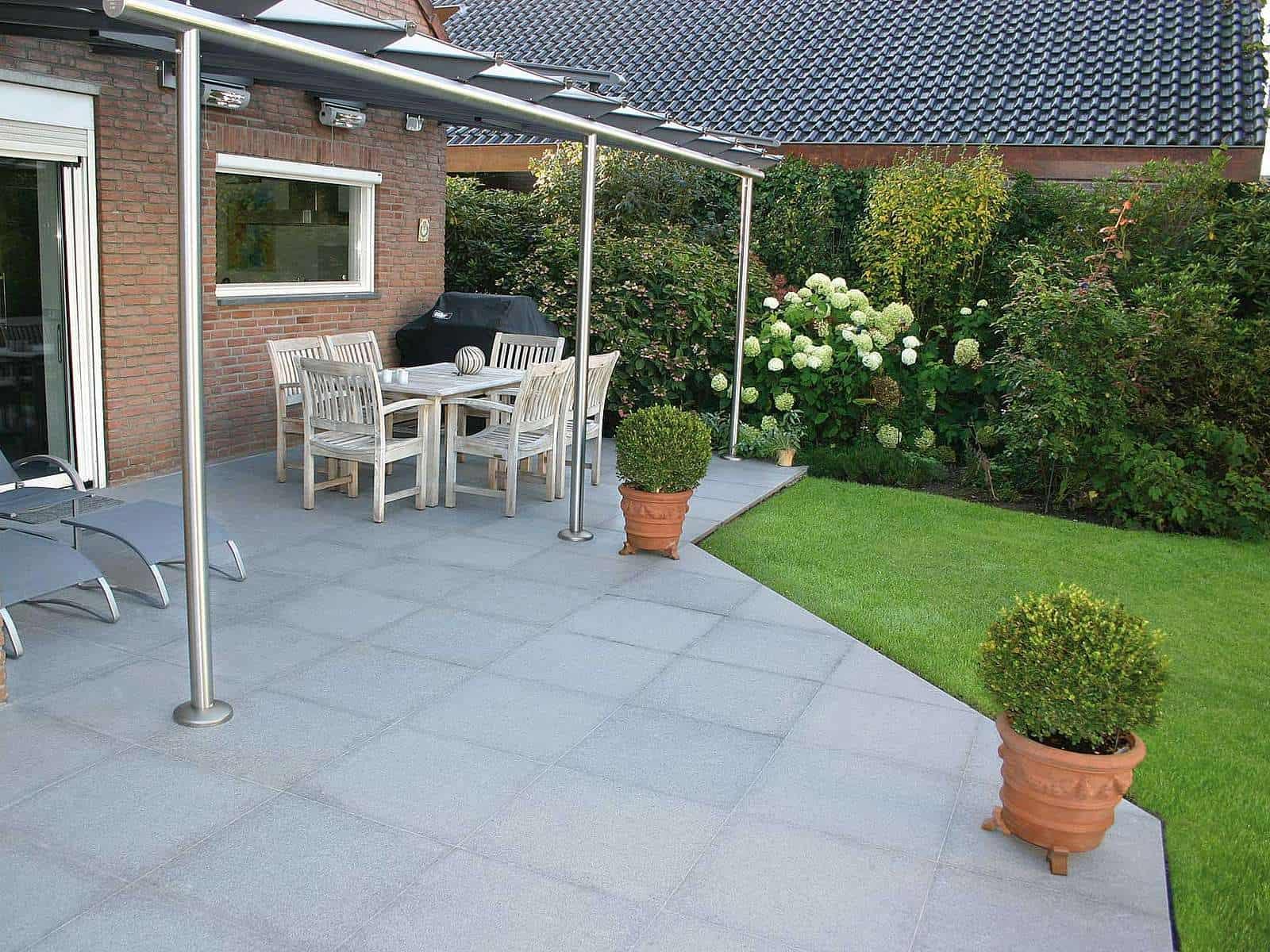Terrasse mit grauen Granitplatten