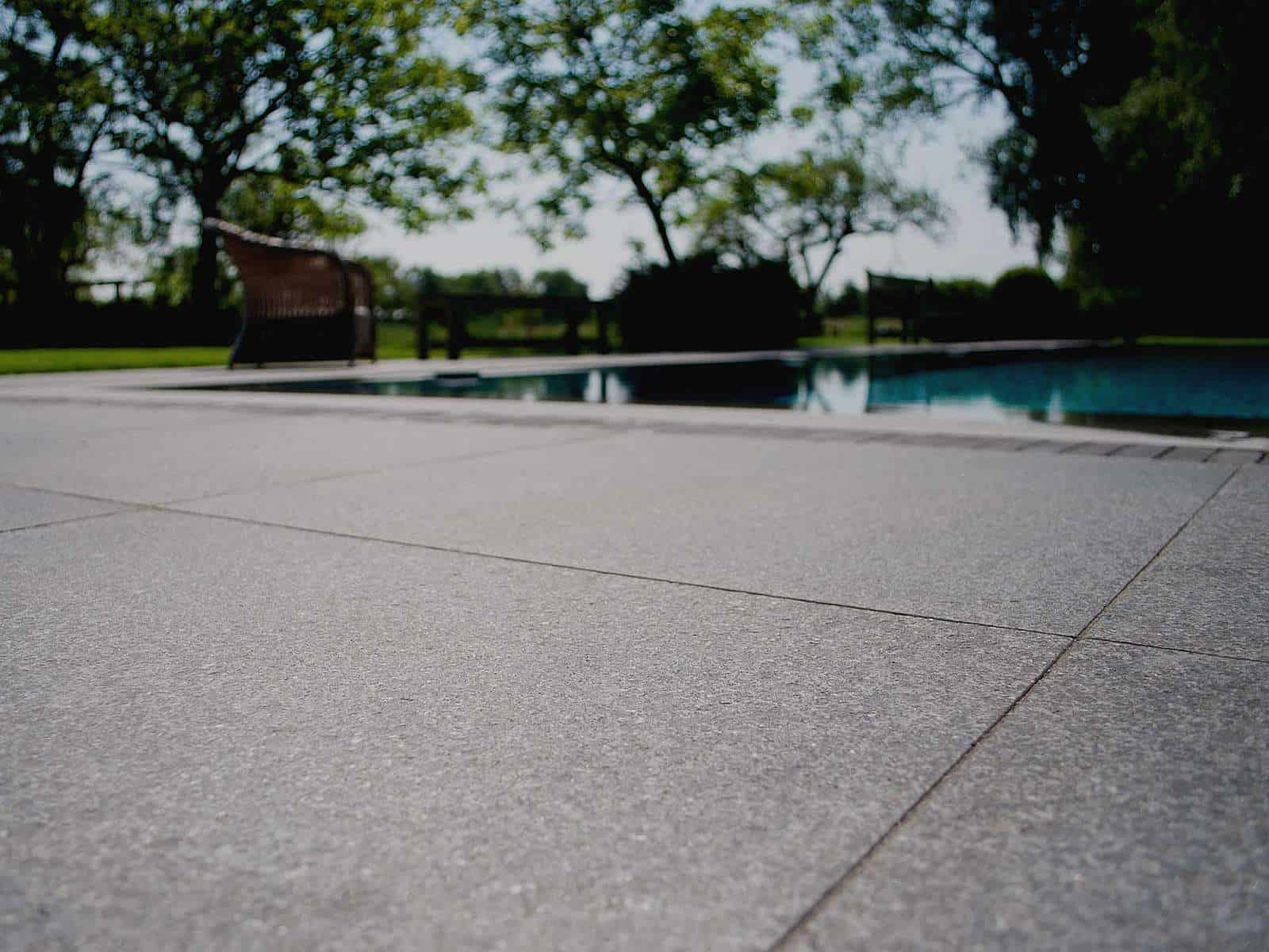 Poolbereich mit geflammten Basalt Terrassenplatten