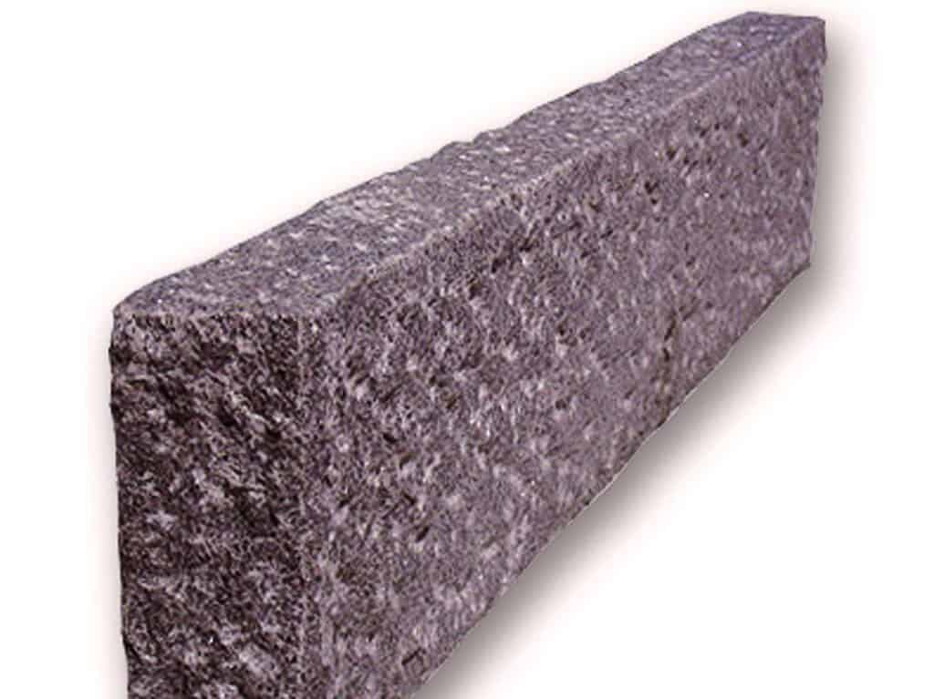 Randstein aus rotem Zora Granit.