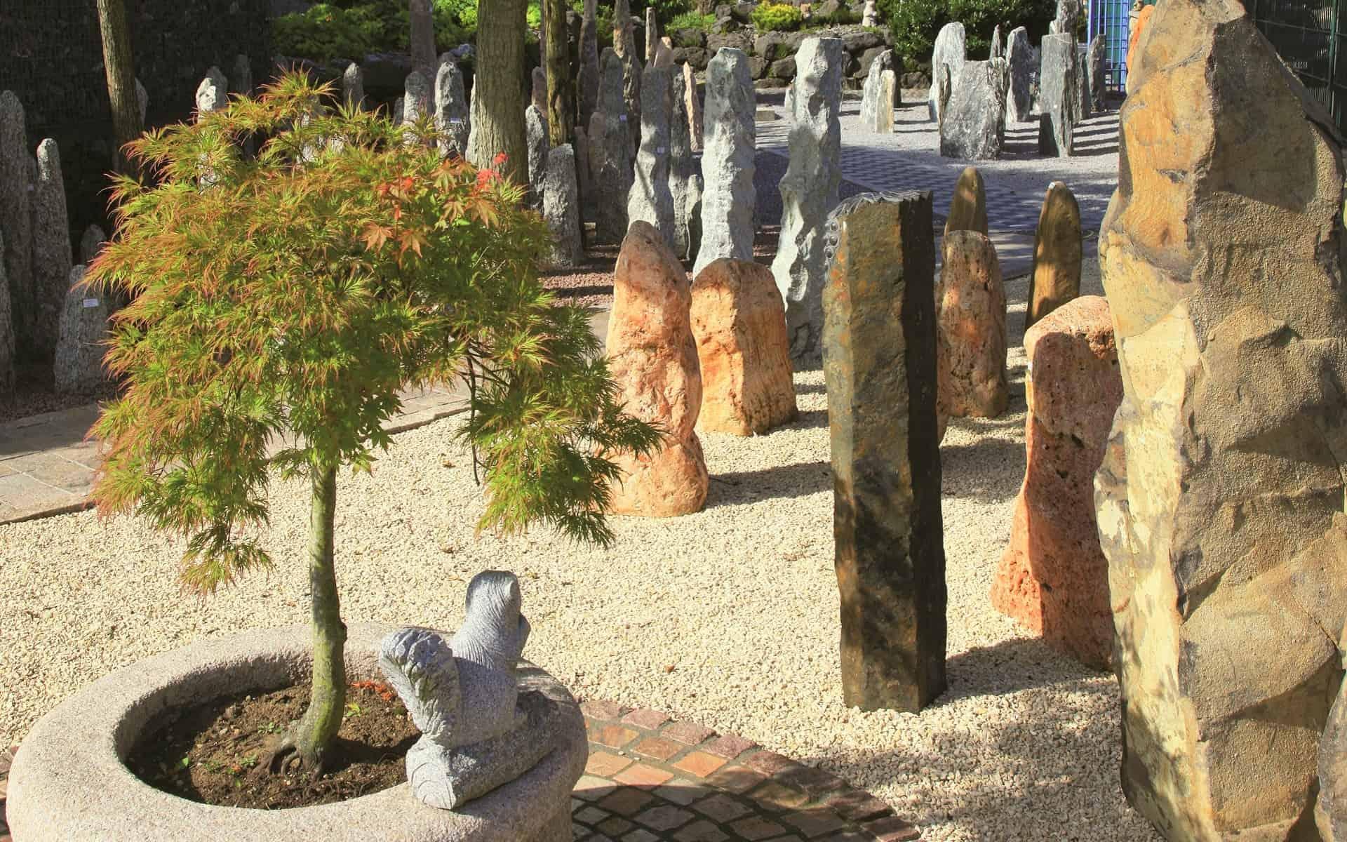 Naturstein Monolithen bei der BioTopic GmbH in der Steingarten Ausstellung