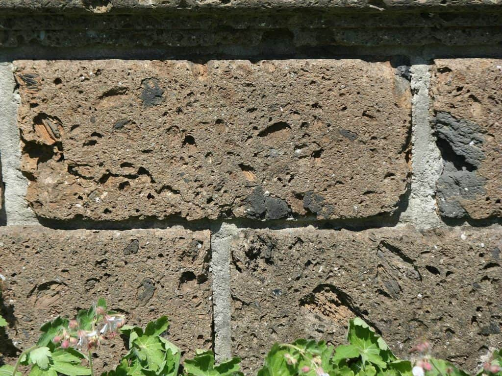 Steinmauer aus italienischem Tuffstein.