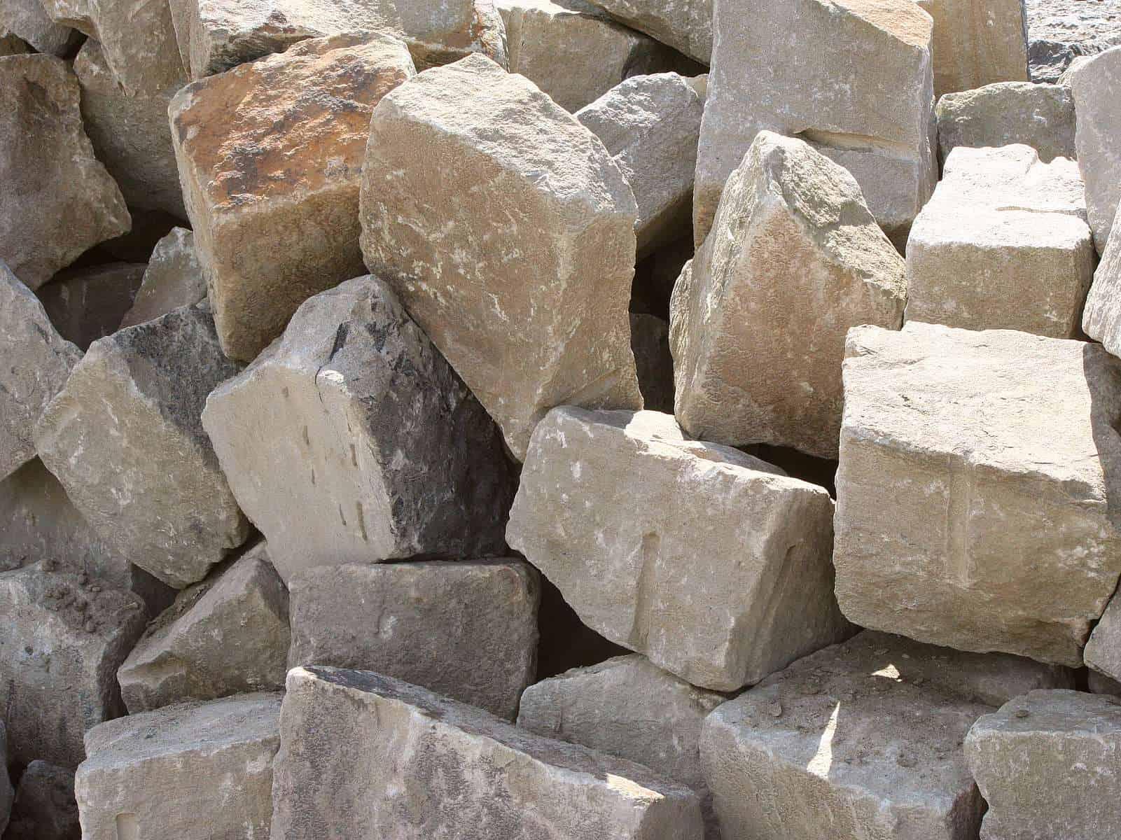 Ruhrsandstein >Böschungspflaster Trockenmauersteine Bruchfelsen