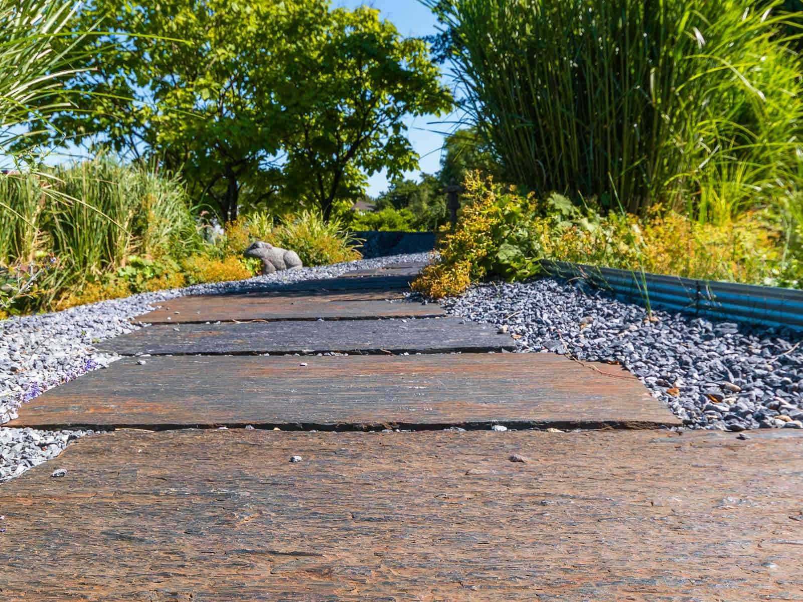 Schieferplatten im Steingarten