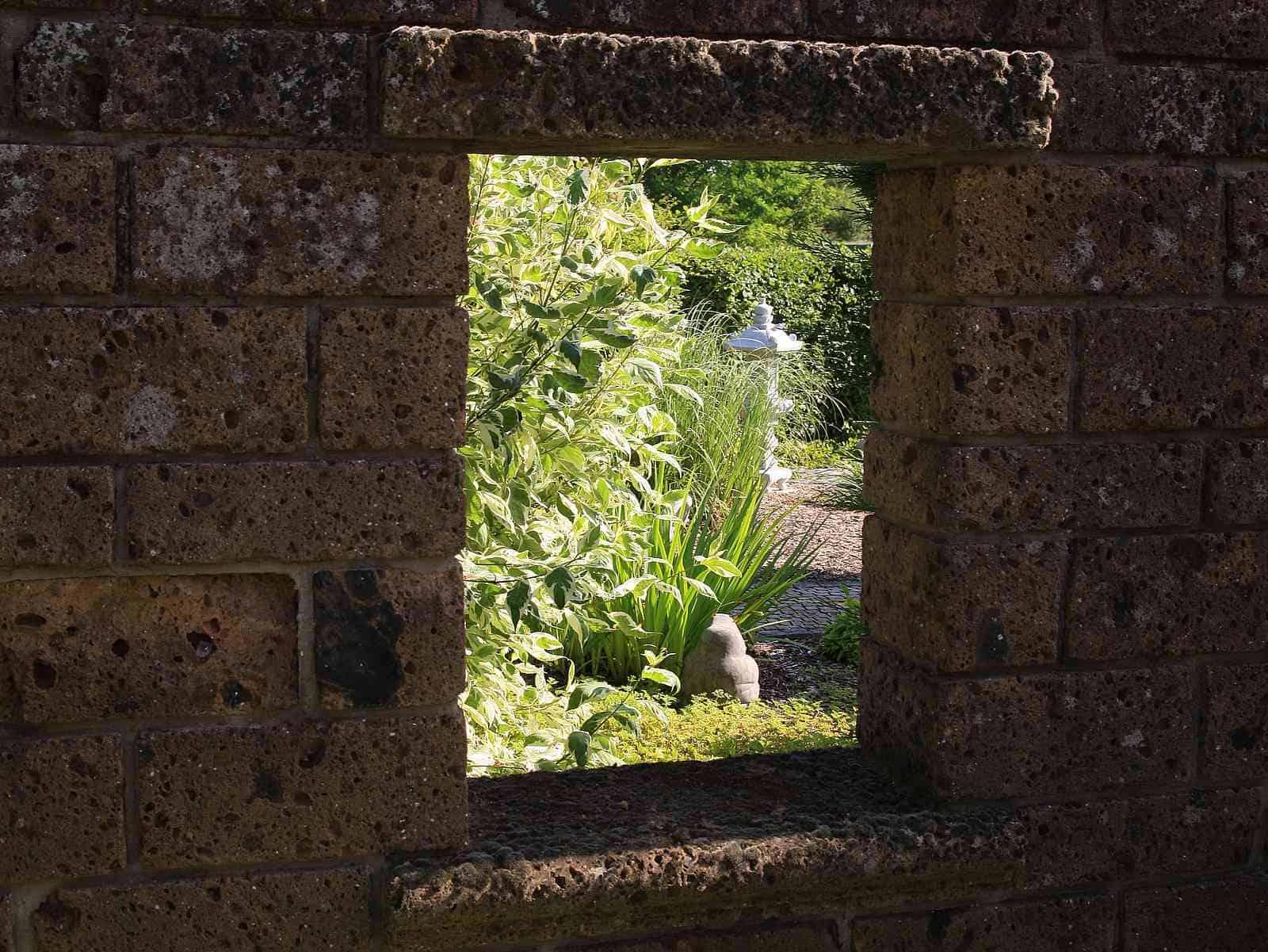 Tuffmauer mit Fenster