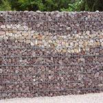 Steinzaun mit zwei Materialien befüllt