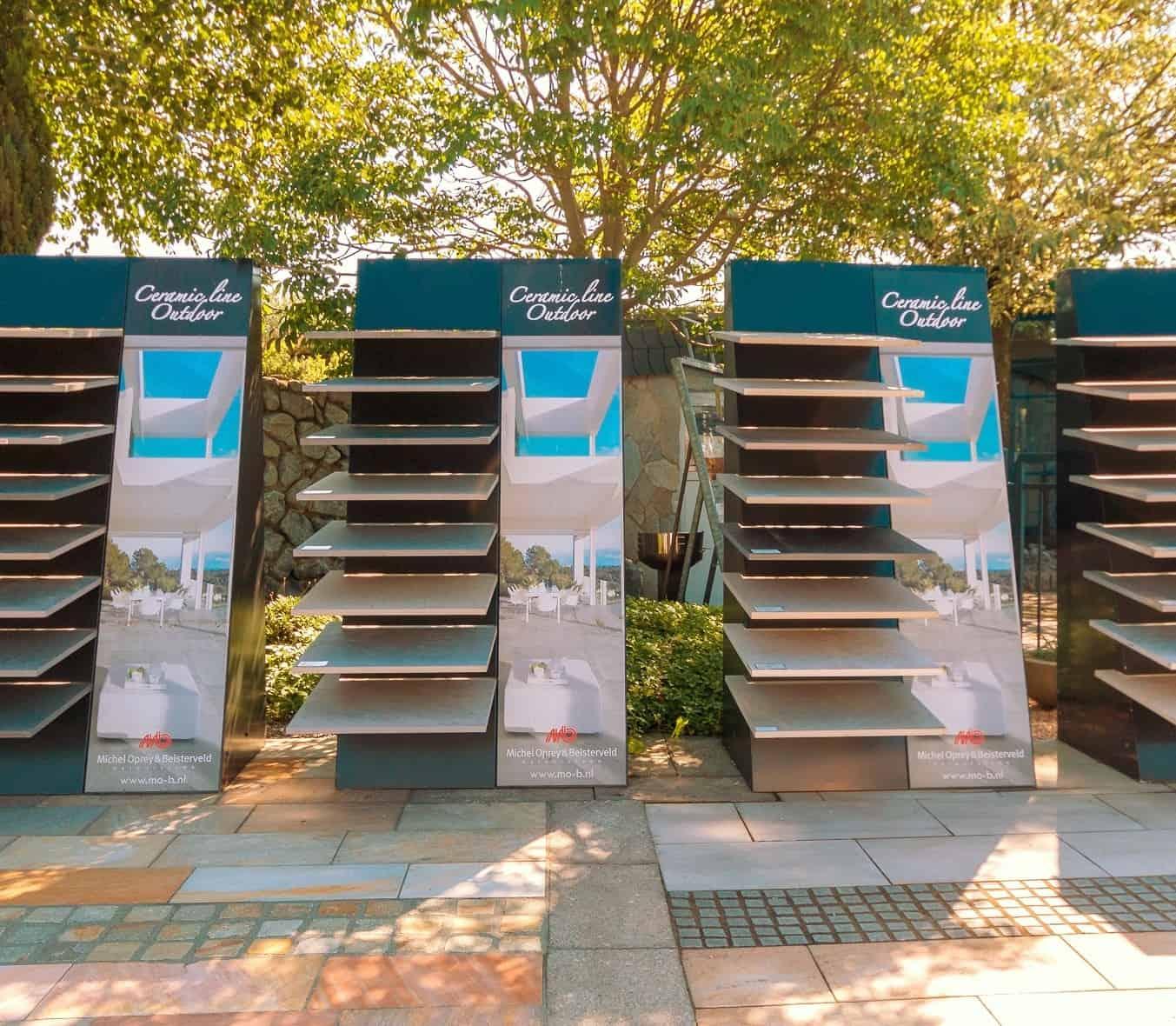 Terrassenplatten aus Feinsteinzeug im Muserständer bei BioTopic