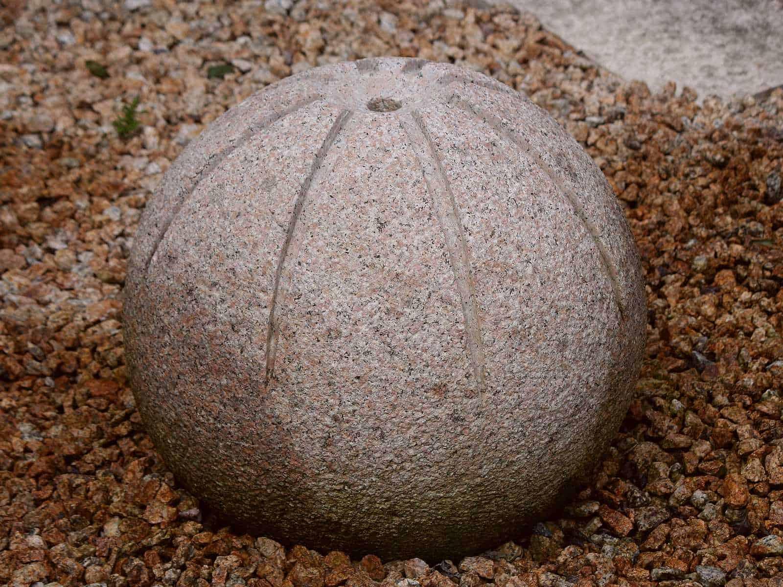 Gartenbrunnen Kugel gesichelt