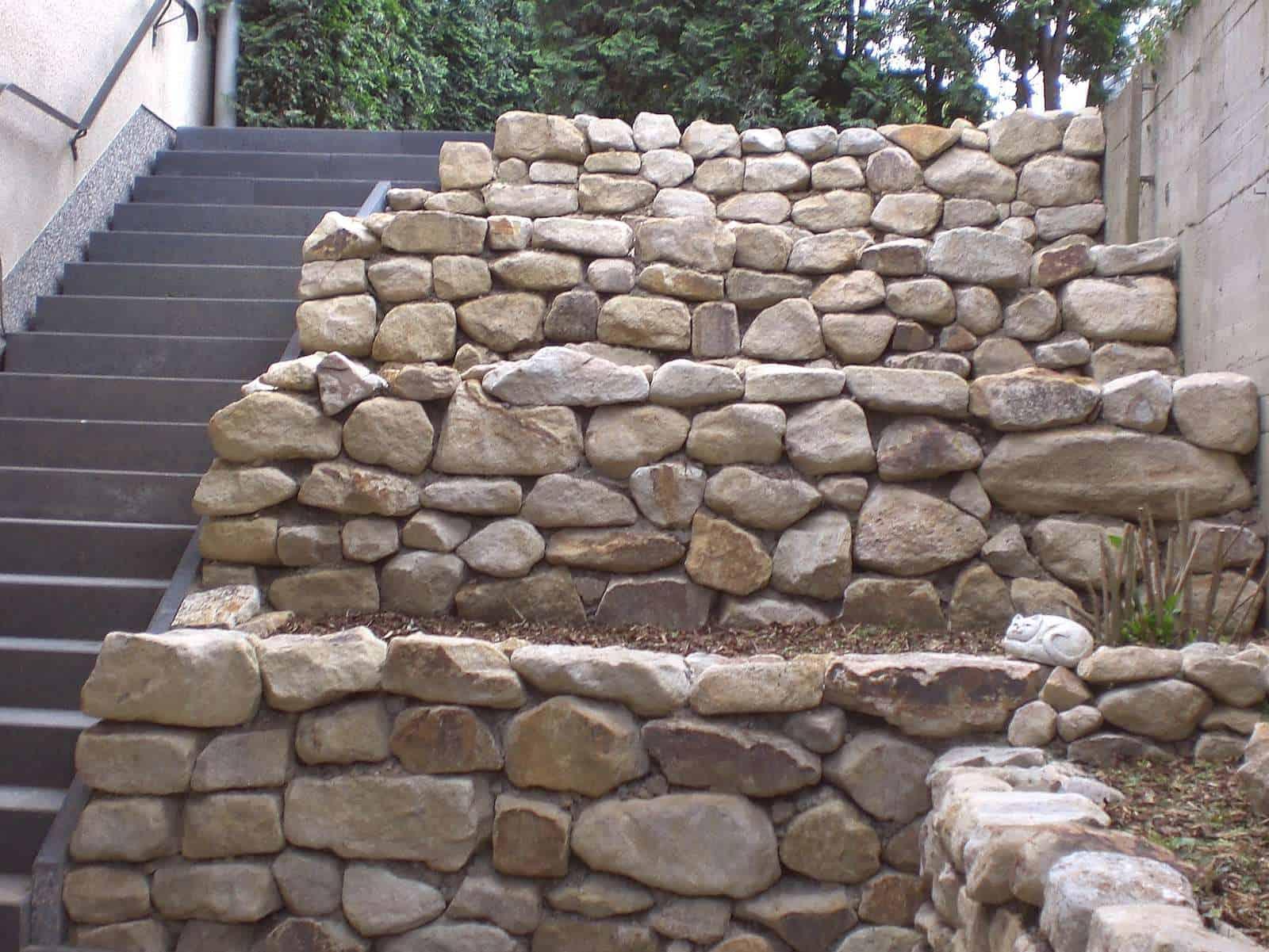Maueranlage aus Ibbenbürener Sandstein. Der Beweis dafür, dass man aus einfachen Bruchsteinen super Trockenmauern bauen kann!